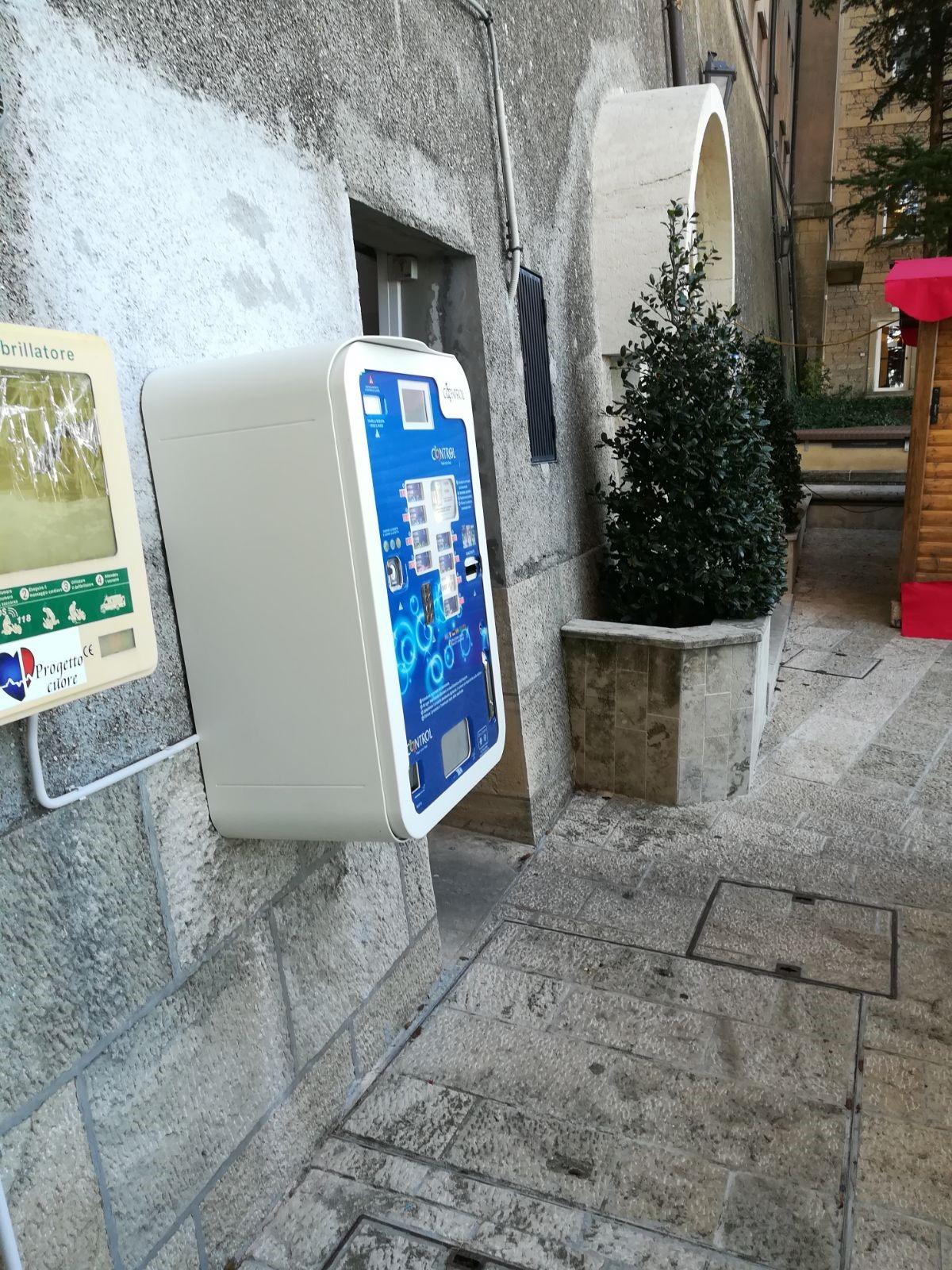 Un distributore automatico di profilattici vicino alle Scuole Superiori