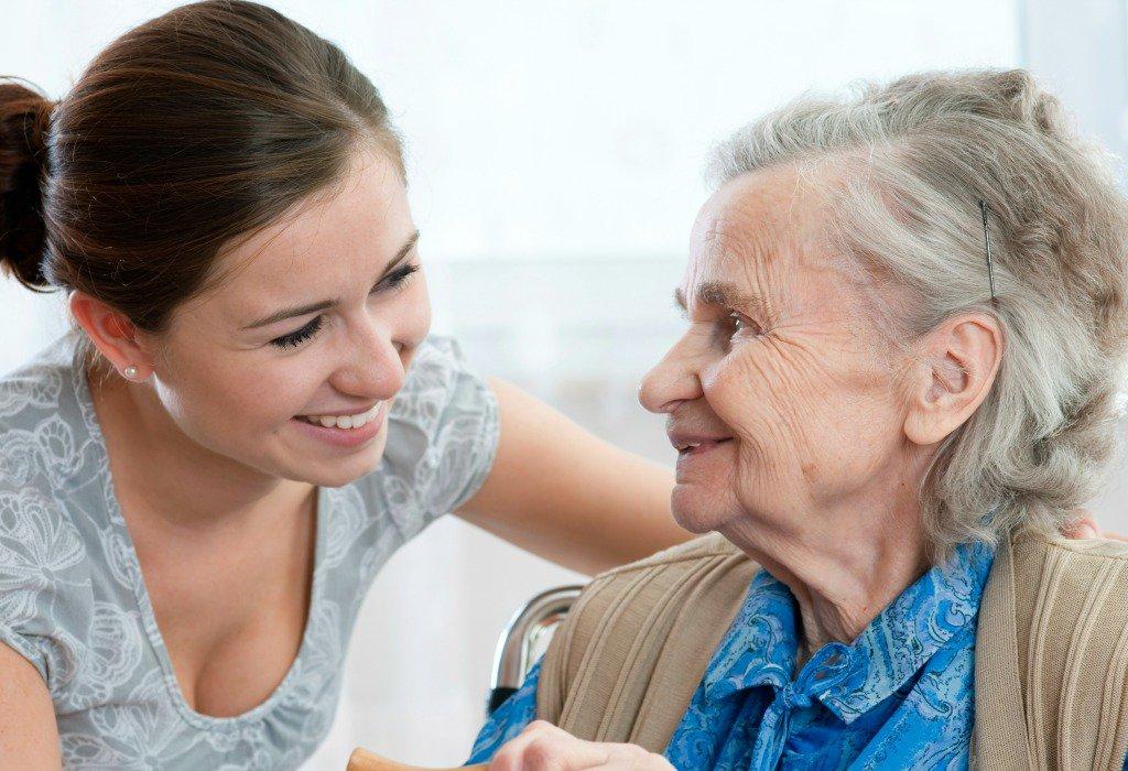 Persone anziane e non autosufficienti, perché no la cura di un famigliare?